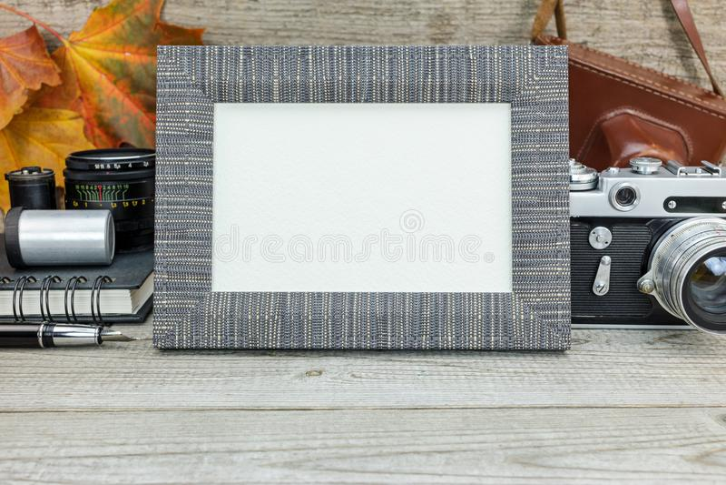 Câmera, filmes, lentes e quadro do vintage no backgro de madeira do grunge fotos de stock