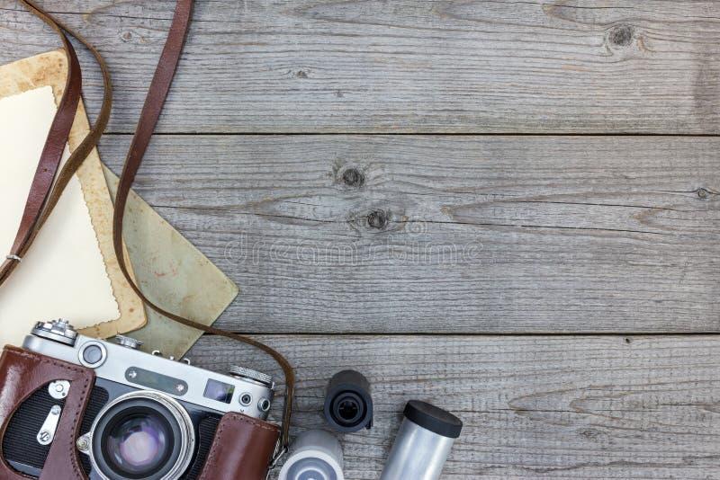 A câmera imóvel retro e esvazia o papel imediato no fundo de madeira imagens de stock royalty free