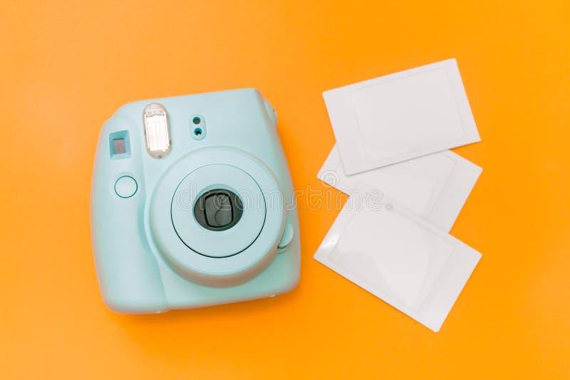 Câmera instantânea azul da hortelã com filmes fotos de stock royalty free
