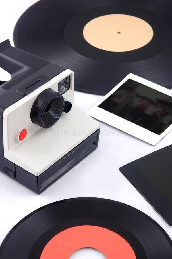 Câmera instantânea velha com vinil e as fotos imediatas - os anos 80 foto de stock