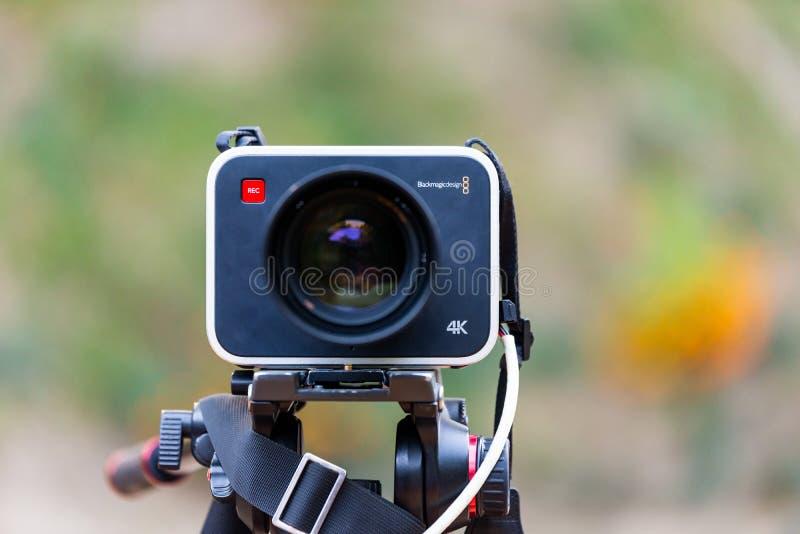Câmera 4K da produção do projeto de Blackmagic em um tripé imagens de stock