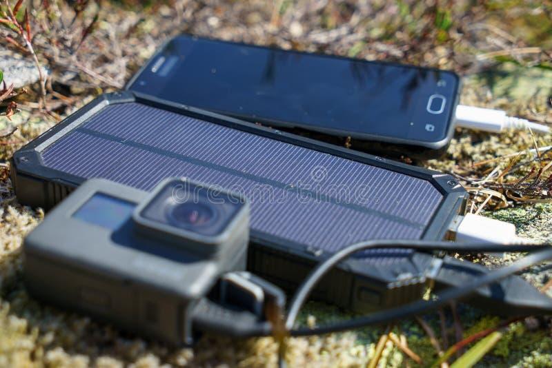 A câmera móvel do telefone celular e da ação com poder deposita o carregador foto de stock