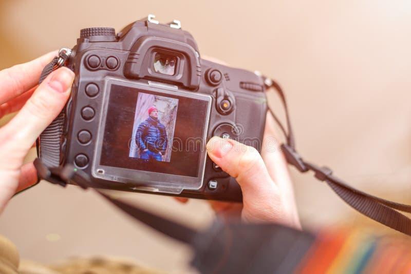 A câmera nas mãos de um quadro bonito na tela imagem de stock royalty free