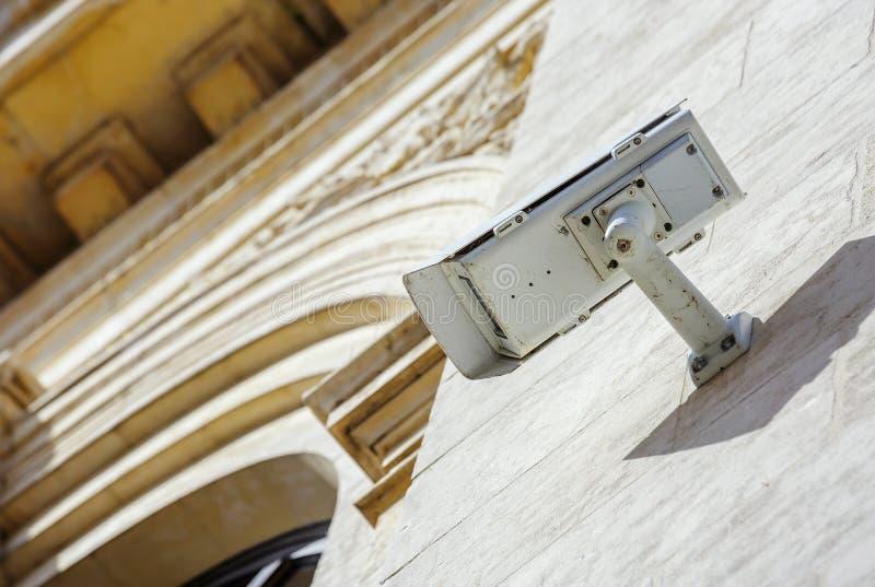 câmera ou sistema de vigilância do CCTV da segurança fixada no constru velho foto de stock royalty free