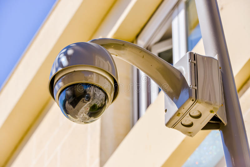 Câmera ou sistema de vigilância do CCTV da segurança no prédio de escritórios fotos de stock royalty free