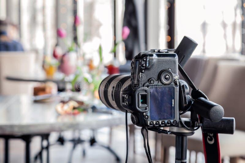 C?mera profissional Canon 5D Mark de R?ssia Kemerovo 2019-03-10 II e muitos pratos diferentes, peixe, saladas na tabela no restau fotografia de stock royalty free