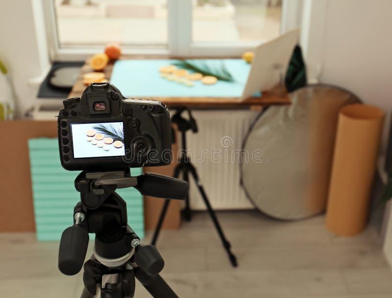 Câmera profissional com imagem de frutos cortados imagem de stock