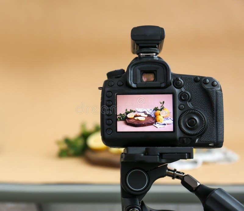 Câmera profissional com imagem de limões cortados imagens de stock