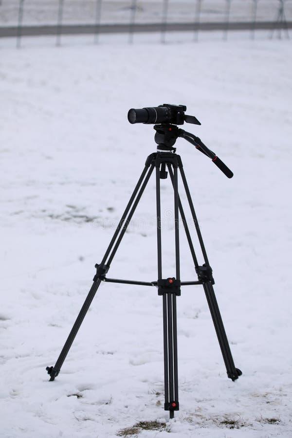 Câmera profissional da foto no tripé, neve fotografia de stock