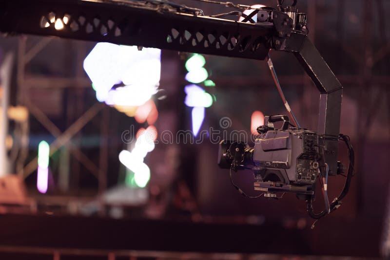 Câmera profissional no concerto vivo do registro do guindaste fora foto de stock