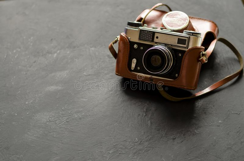 Câmera retro da foto do filme no fundo preto imagens de stock royalty free