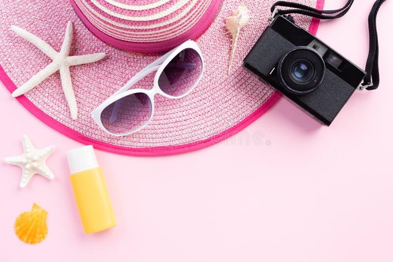 Câmera retro do filme dos acessórios da praia, óculos de sol estrela do mar, chapéu da praia e sunblock do escudo do mar no Sandy imagens de stock royalty free