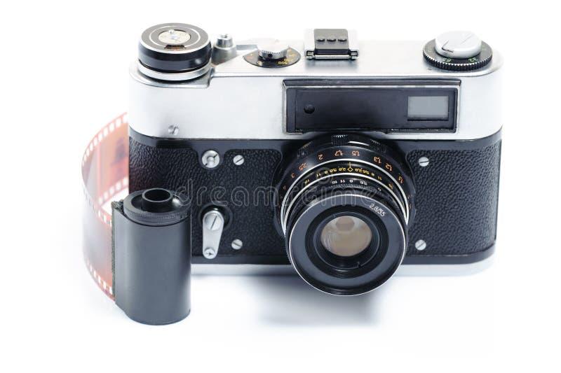 Câmera retro isolada do estilo com o carretel e o negativo de filme de 35mm imagem de stock royalty free