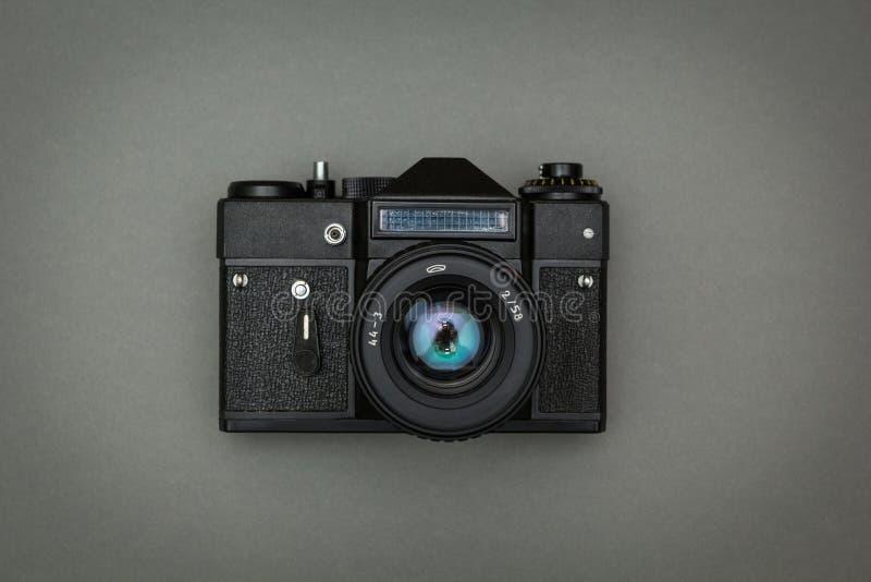 Câmera retro preta em um fundo cinzento fotos de stock