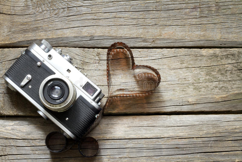 Câmera retro velha com conceito da fotografia do amor do coração imagem de stock royalty free