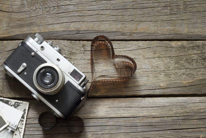 Câmera retro velha com conceito da fotografia do amor do coração imagens de stock royalty free