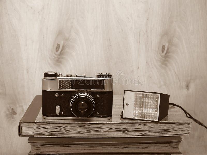 Câmera retro velha com flash no fundo de madeira imagem de stock