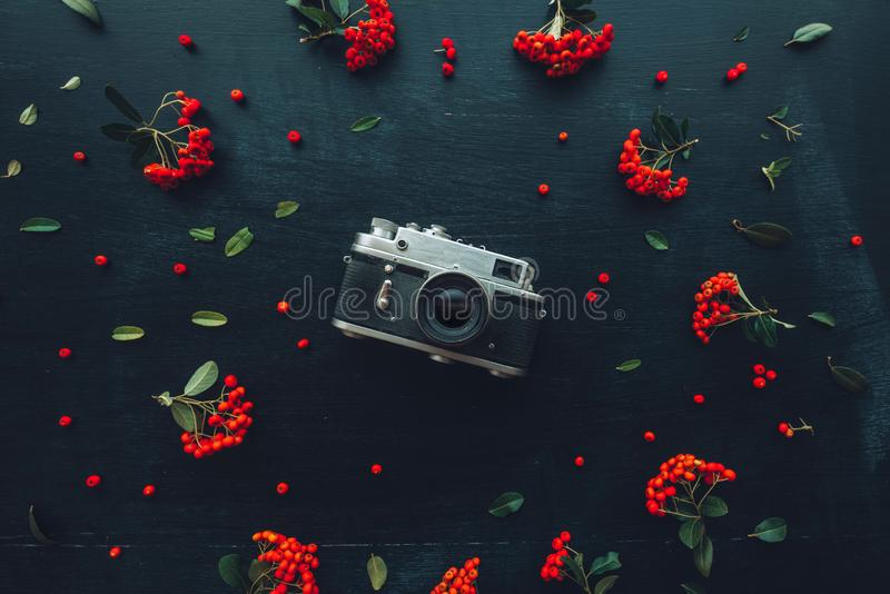 Câmera velha colocada lisa da fotografia do vintage do estilo do moderno foto de stock