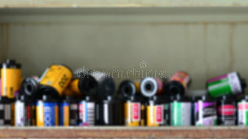 Câmera velha do filme nas prateleiras de madeira para o filme fotográfico efeito do borrão para o fundo imagem de stock