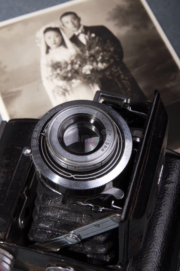Câmera velha e foto velha foto de stock royalty free
