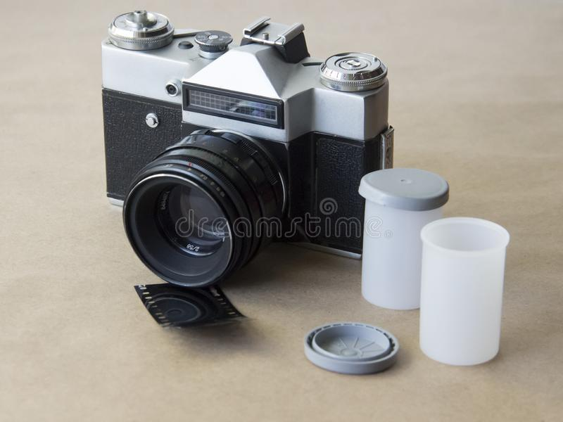 Câmera velha no fundo do papel de embalagem com filme fotografia de stock