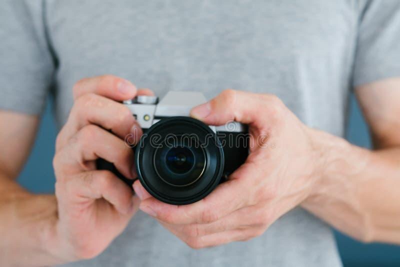 Câmera video da terra arrendada do homem da foto da tecnologia que publica em blogs imagem de stock