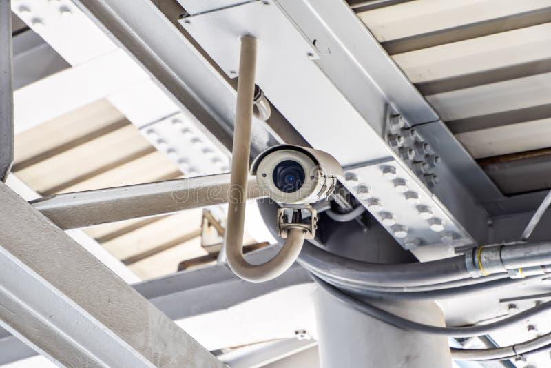 Câmeras brancas velhas do CCTV penduradas no teto para gravar vários eventos foto de stock royalty free