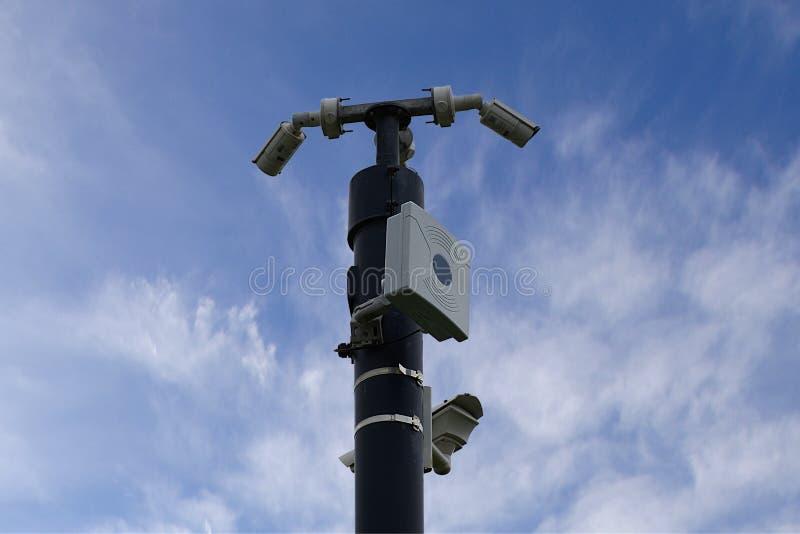Câmeras do CCTV no mastro, céu azul com fundo de poucas nuvens foto de stock