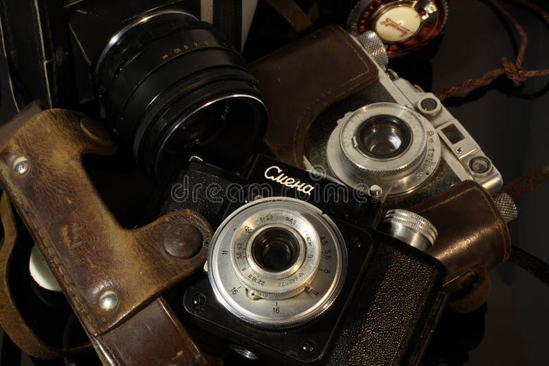 Câmeras do vintage em uma tabela espelhada fotos de stock