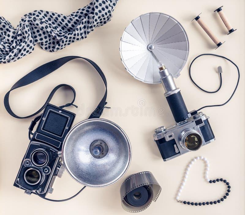Câmeras e acessórios da foto do vintage fotografia de stock royalty free