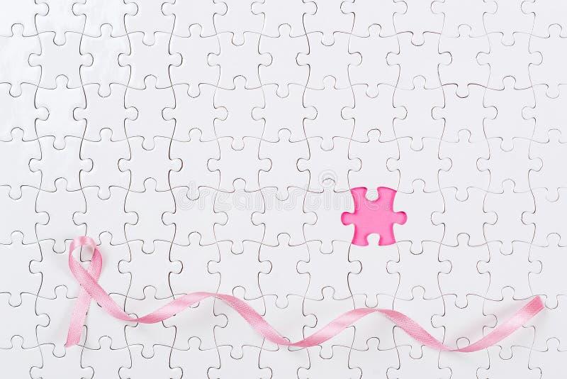 Câncer da mama cor-de-rosa das partes da fita e do enigma imagem de stock