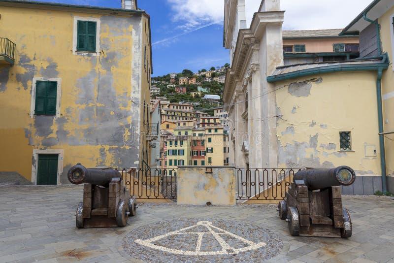 C?nones e casas coloridas velhas em Camogli Liguria Italy fotografia de stock
