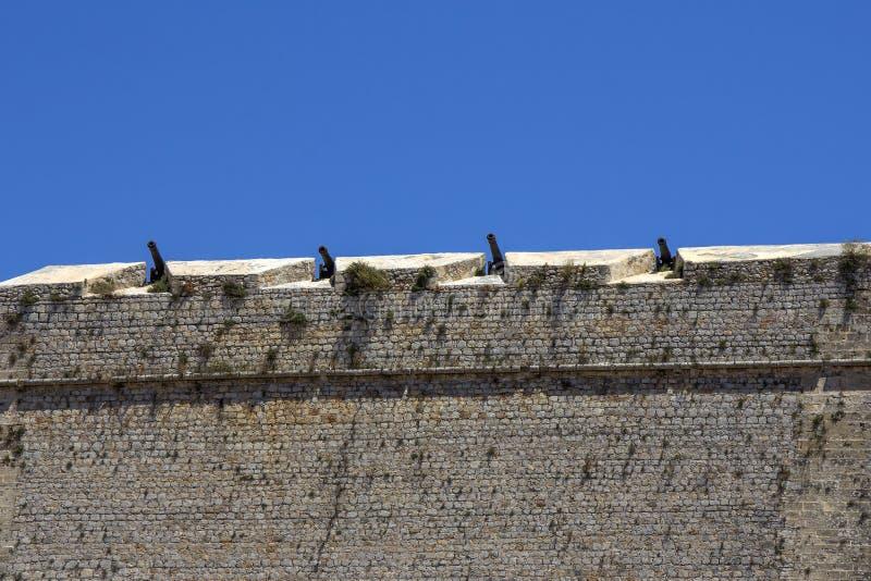 Cânones nas paredes da cidade velha de Ibiza fotos de stock royalty free