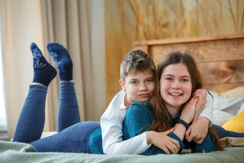 córki ekspresyjnego rodzinnego ojca życzliwi mum farby rodzica ludzie osoby syna tła brata odosobniony siostrzany biel zdjęcia stock