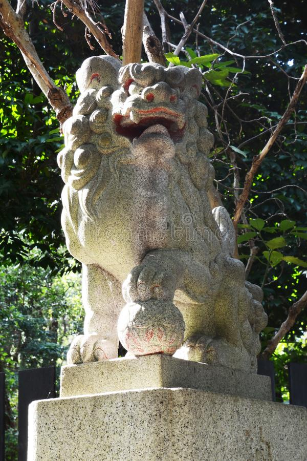 Cães da porta e do guardião de Torii do santuário xintoísmo fotos de stock royalty free