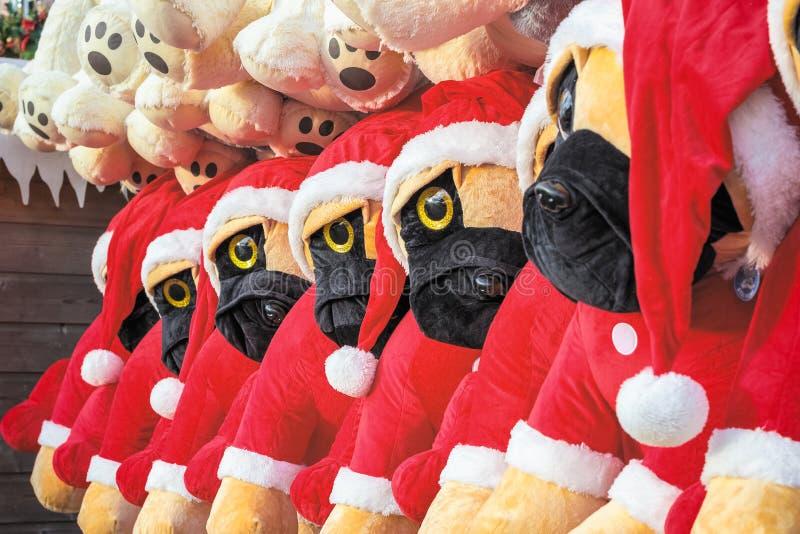 Cães de brinquedo recheados no tema do Natal em exposição premiada como vencedores na Wonderland de inverno em Londres imagem de stock royalty free