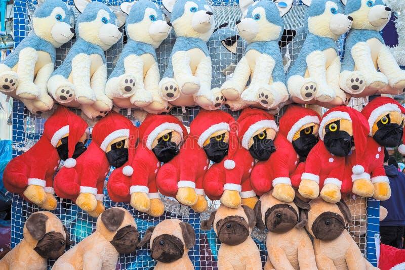 Cães de brinquedo recheados no tema do Natal em exposição premiada imagens de stock royalty free