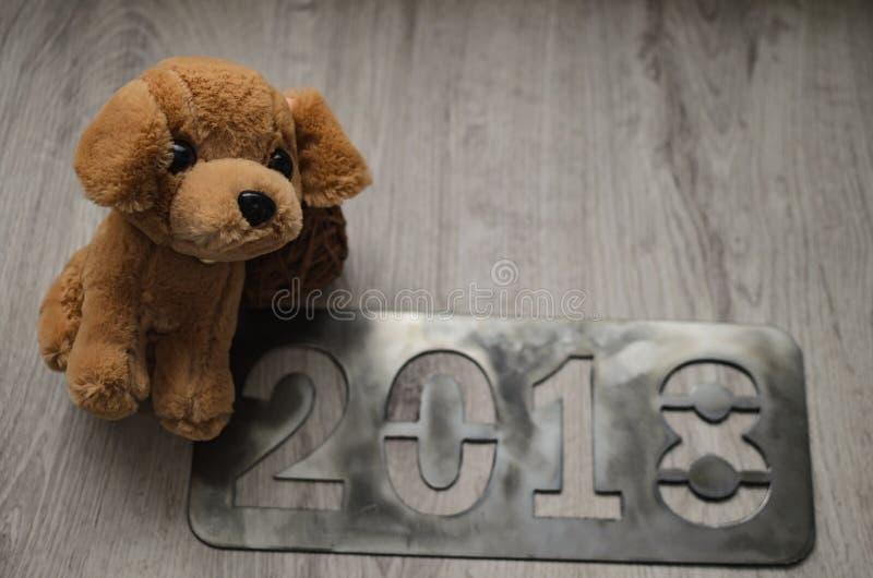 Cão como um símbolo de 2018 anos novos com atributos de um Natal fotos de stock