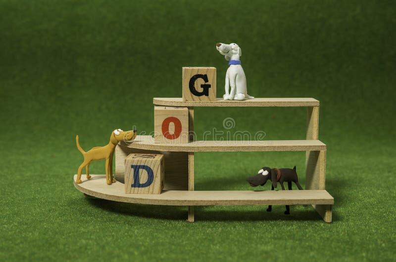 Cão da argila na prateleira com o cubo de madeira do alfabeto fotos de stock royalty free