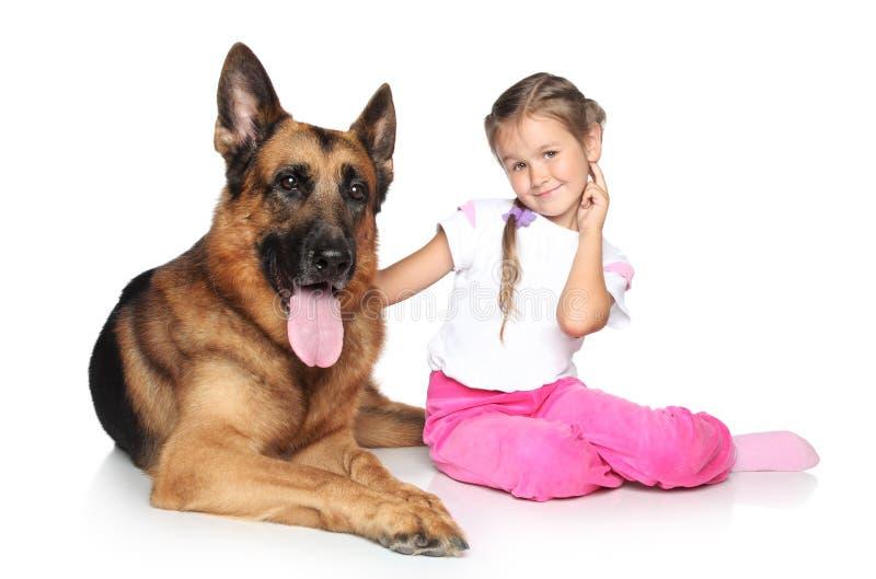 Cão da menina bonita e de pastor alemão imagens de stock royalty free