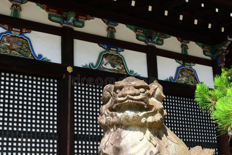 Cão de pedra do guardião no santuário japonês, Kyoto Japão imagens de stock royalty free