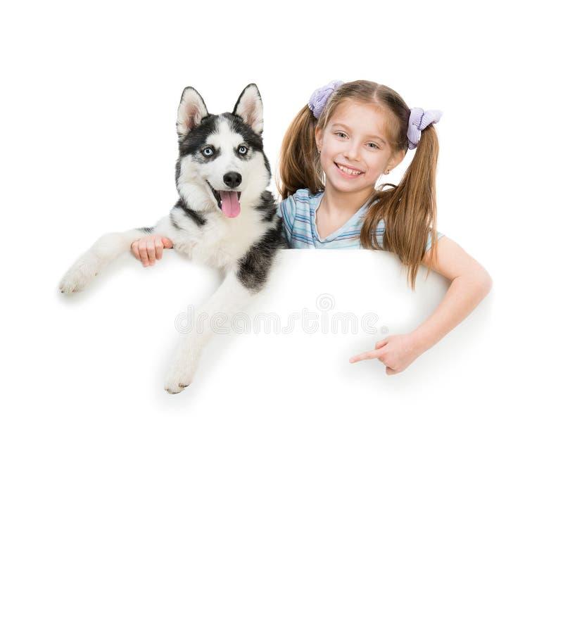 Cão de puxar trenós feliz da menina e do cão fotografia de stock royalty free