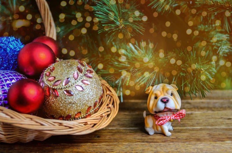 Cão do símbolo do Natal, decorações do Natal em um backgrou de madeira imagem de stock royalty free