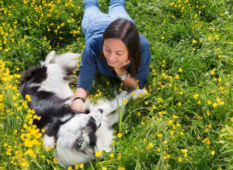 Cão e menina que relaxam fotografia de stock royalty free