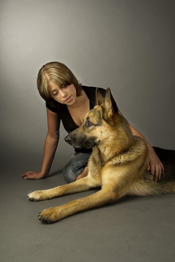 Download Cão e mulheres de pastor imagem de stock. Imagem de pessoa - 12813273