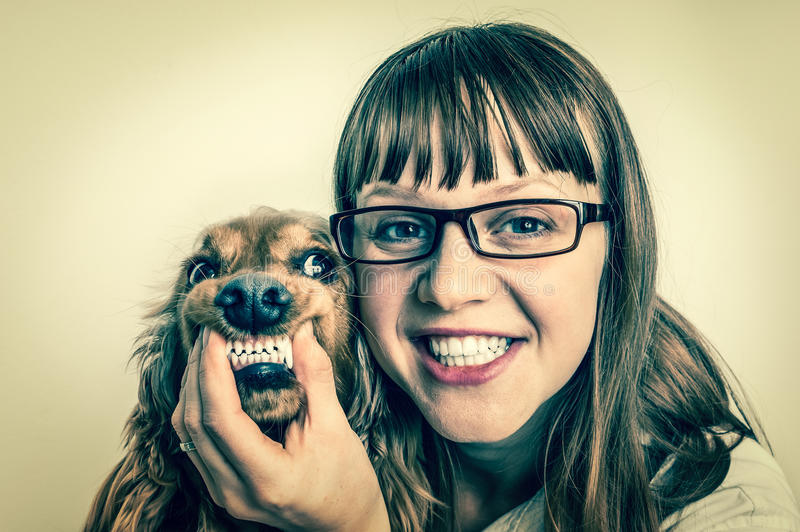 Cão e veterinário de sorriso engraçados na clínica veterinária fotografia de stock royalty free