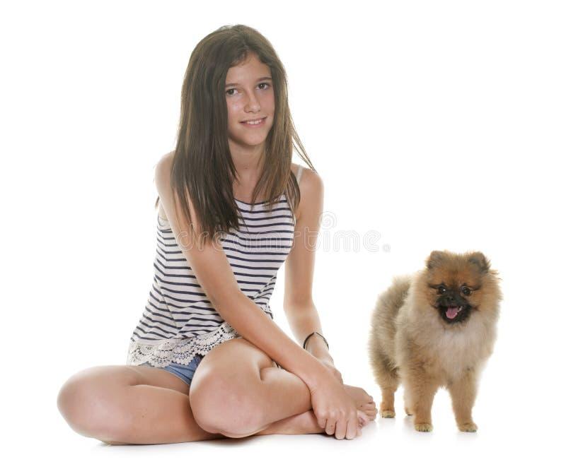 Cão pomeranian e adolescente novos fotografia de stock royalty free
