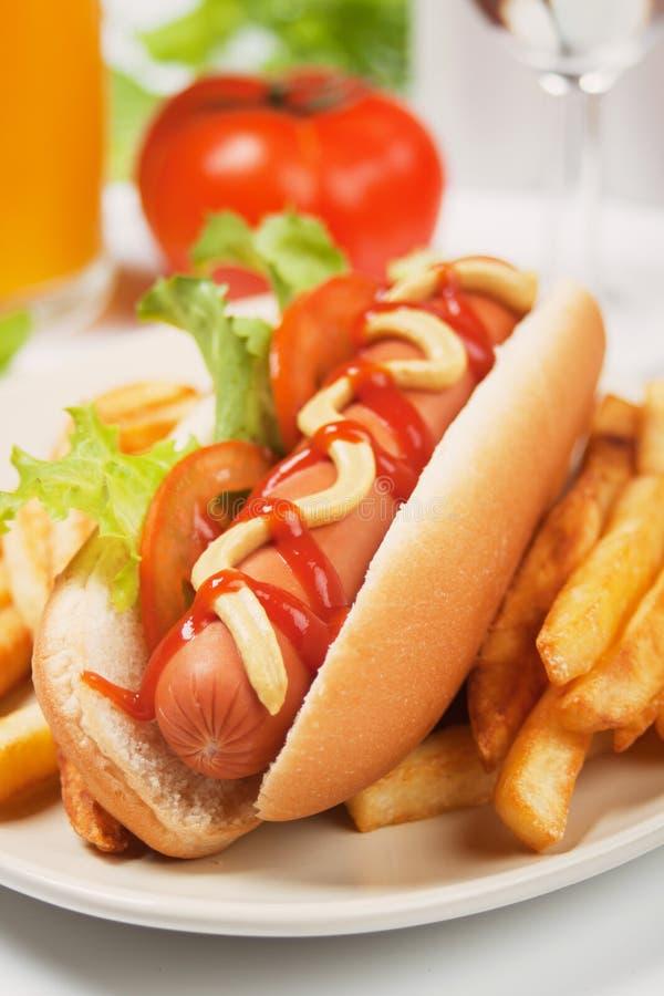 Cão quente com fritadas francesas imagens de stock