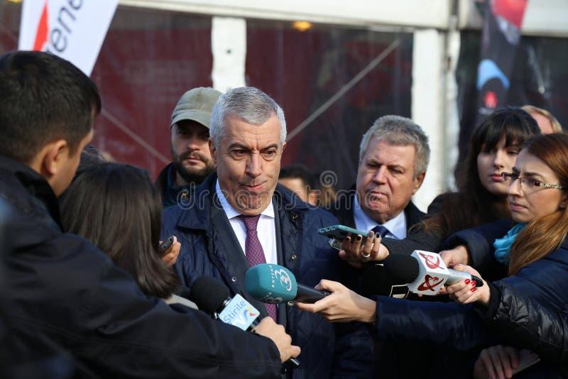 Călin Popescu Tăriceanu massmediaintervju royaltyfri bild