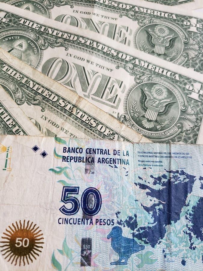 cédula argentina de cinqüênta pesos e notas de dólar do americano um fotos de stock royalty free